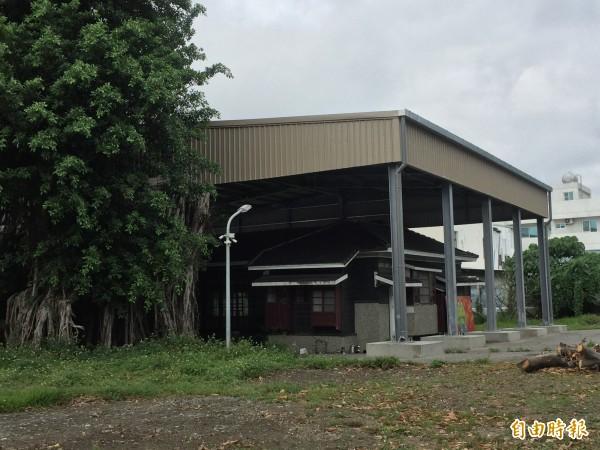 台東兒童故事館加蓋屋頂,被民眾質疑景觀全毀。(記者張存薇攝)