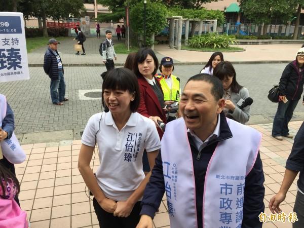 代表國民黨參選新北市長的侯友宜(右),一早便和議員參選人江怡臻前往拜票。(記者邱書昱攝)