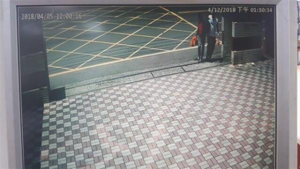 楊男到派出所前等公車,馬上被眼尖警察發現。(記者陳彥廷翻攝)