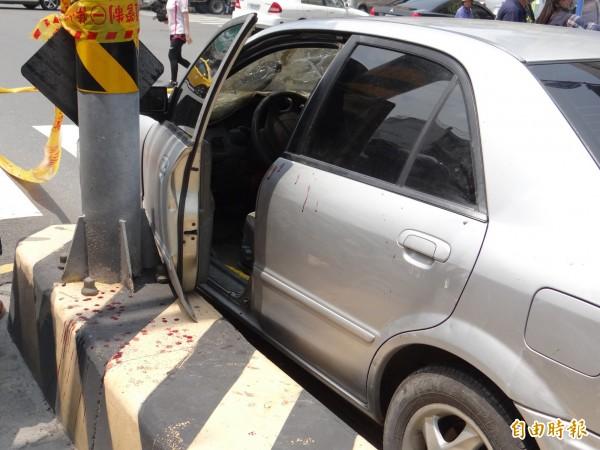 翁姓嫌犯座車內外血跡斑斑。(記者王俊忠攝)