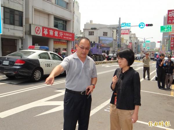 台南地檢署檢察官彭郁清(前右)到場了解員警逮捕通緝犯遭拖行與開槍制止過程。(記者王俊忠攝)