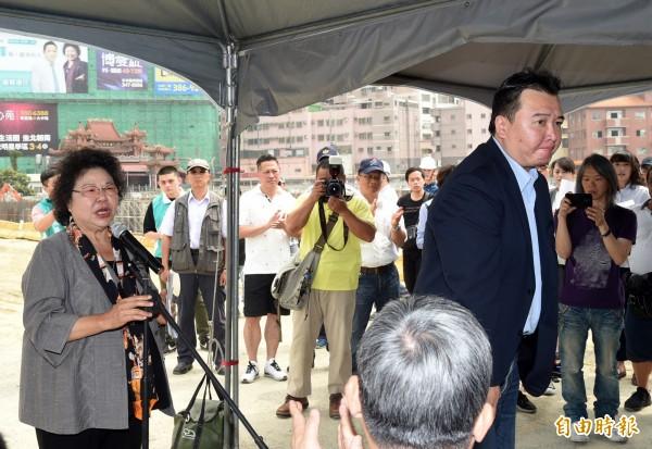 陳菊介紹副市長許立明(站者),將由許代理高雄市長。(記者張忠義攝)