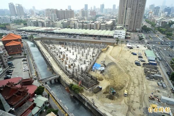 十全滯洪公園工程加緊趕工。(記者張忠義攝)