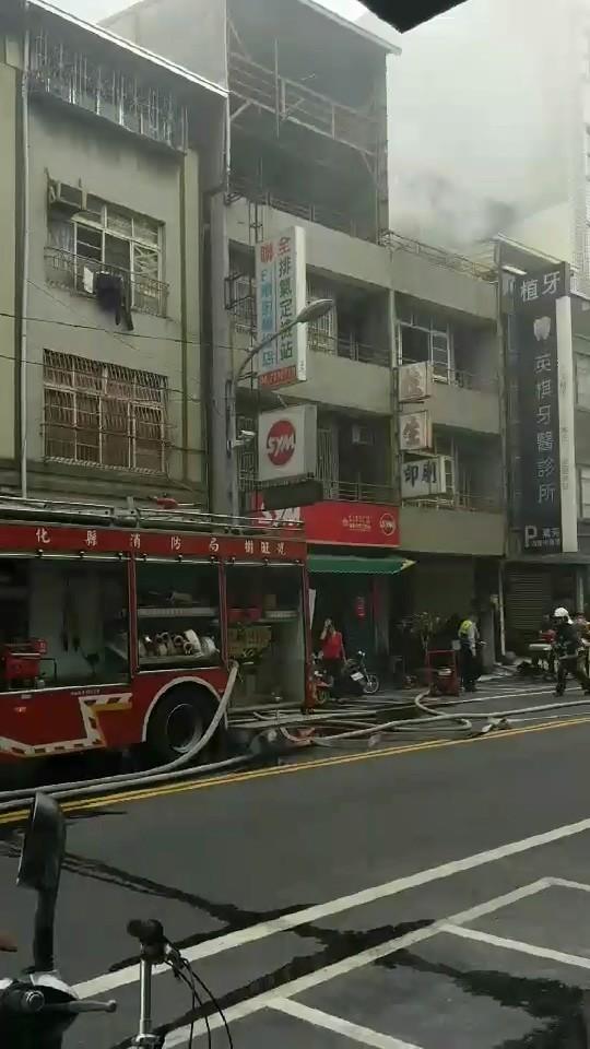 陣陣濃煙不斷由2、3樓竄出。(記者張聰秋翻攝)