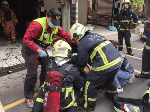 消防人員救出受困民眾放上擔架轉送醫院救治。(記者張聰秋翻攝)