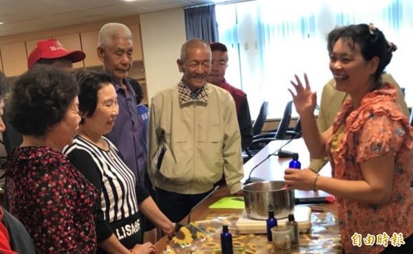 麥寮農會開辦老農照顧據點,今天傳授長輩手工肥皂。(記者林國賢攝)