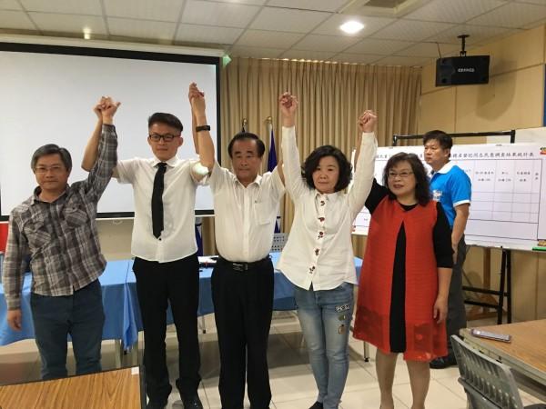 前台南縣議員尤榮智(中)民調勝出,將代表國民黨參選第三選區市議員。(國民黨南市黨部提供)