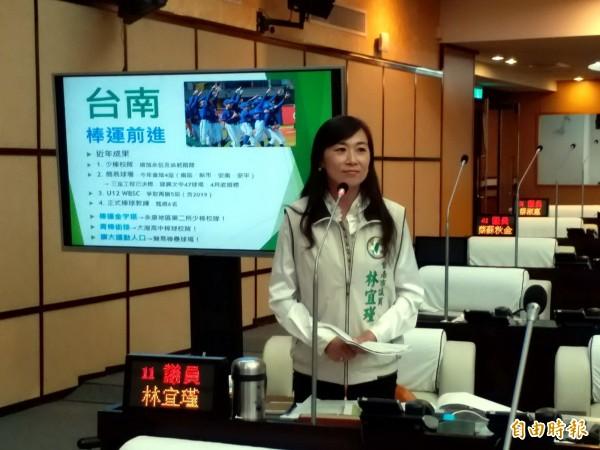 議員林宜瑾於市政總質詢爭取大灣高中增設青棒校隊。(記者蔡文居攝)