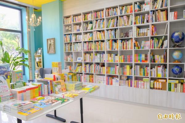 竹北市的獨立書店星星城堡,店長劉倪后熱心分享兒童閱讀,店內以親子書、兒童書為主題,同時也推廣親子桌遊。(記者廖雪茹攝)