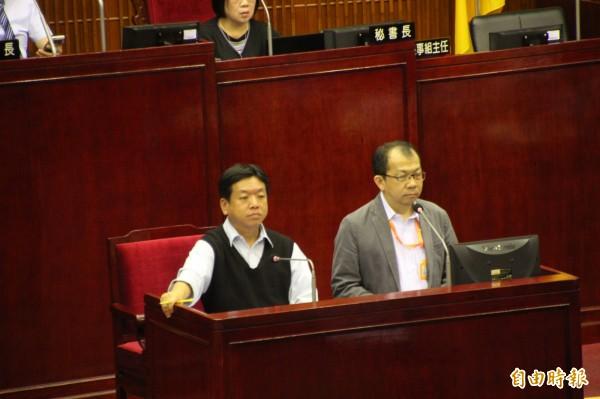 社會局長許立民及公運處主任秘書楊欽文對此反映,身心障礙者可以搭乘復康巴士,而也說台北市也有低底盤公車,身障人士都可以順利搭乘。(記者鍾泓良攝)