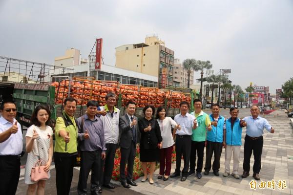 屏東縣政府結合企業購買6千袋、總計90公噸洋蔥的送往台北,包括開陽綠能科技公司、同開科技工程公司、日式威廉髮藝集團、照臨室內裝修設計公司。(記者邱芷柔攝)