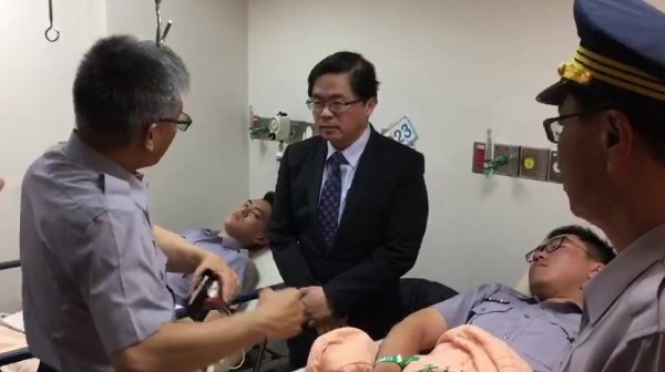 台南員警因執勤而受傷,代理市長李孟諺(中)、市警局長黃宗仁(右)今前往醫院探視慰問,並感謝員警的付出。(記者萬于甄翻攝)