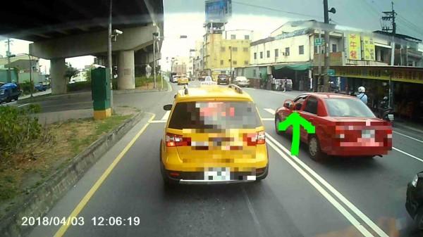 民眾拍下寵物狗探頭出車身照片檢舉。(翻攝自爆料公社)