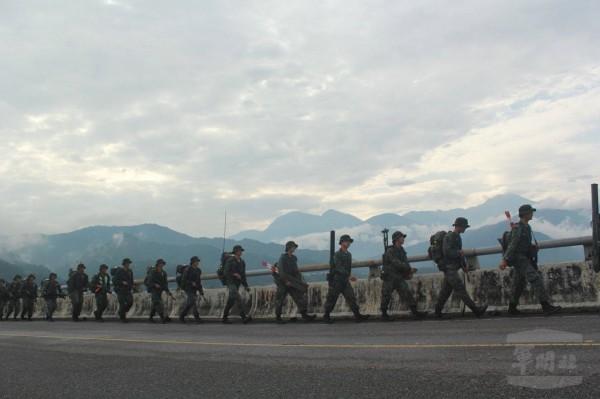 特戰營官兵進行山隘行軍訓練。(圖:軍聞社提供)。
