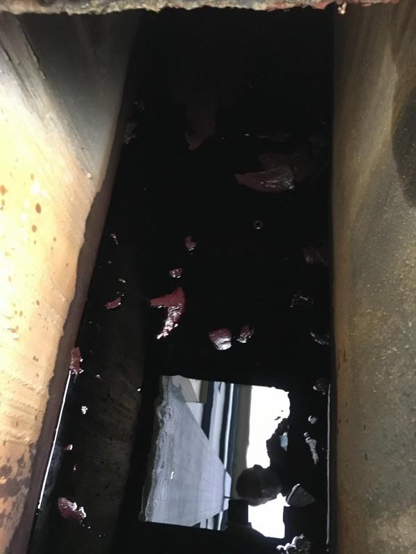 燿華電子宜蘭廠內的強鹼性高錳酸鉀廢液管路,今年2月6日因管線破洞,強鹼性廢水流入廠區一旁大排。(記者張議晨翻攝)