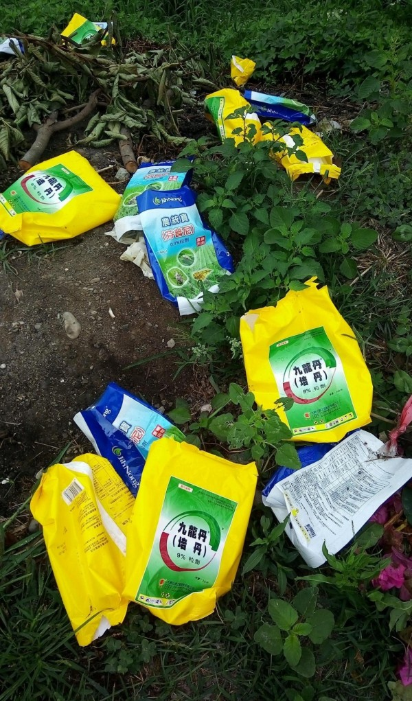 埔鹽鄉民眾散步時發現有毒的芬普尼、培丹農藥袋被丟棄路邊未處理,痛罵沒公德心。(記者陳冠備翻攝)
