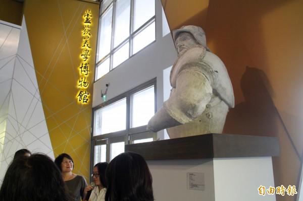 三民高中「蘆荻美學博物館」盛大開幕,展示5座原典藏在紐約大都會博物館的石膏模製品,圖為柯利奧尼騎馬像。(記者陳心瑜攝)