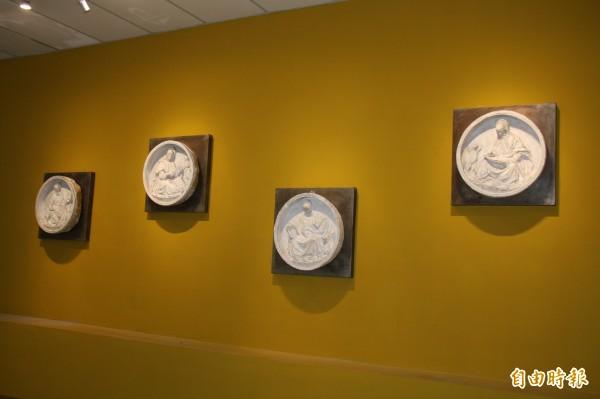 蘆洲三民高中「蘆荻美學博物館暨微型美術館」今天揭牌,美術館展出5座原典藏在紐約大都會博物館的石膏模製品,圖為四福音。(記者陳心瑜攝)