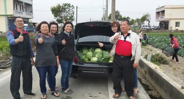 埔鹽鄉代會主席許文萍(左4)駕駛百萬名車的後車箱經常塞滿認購的高麗菜,分送給弱勢家庭。(記者陳冠備翻攝)