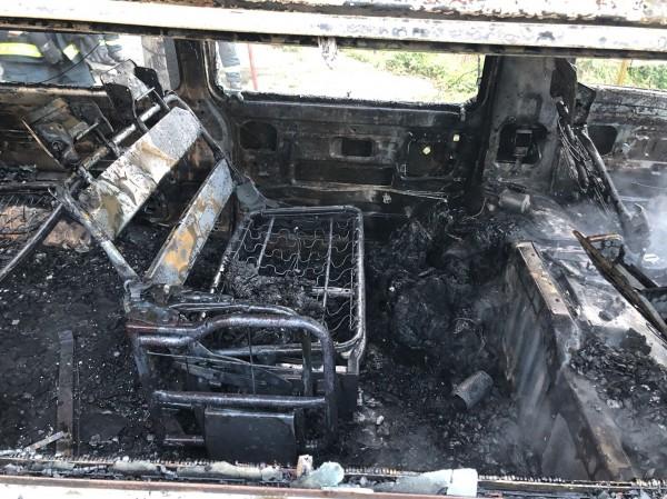台北市四獸山發生縱火案,貨車被燒得只剩骨架。(記者姚岳宏翻攝)