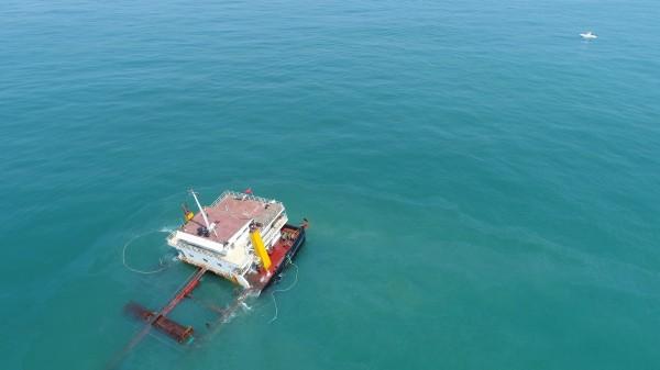 擱淺金門的「遠泰789」中國貨船,日前出現疑似溢油現象。(資料照 讀者提供)