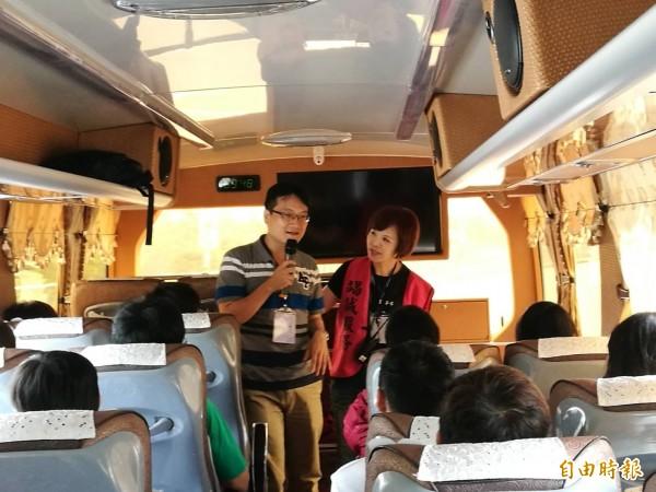 鳳一戶所推出戀愛巴士,適婚男女互唱情歌。(記者陳文嬋攝)
