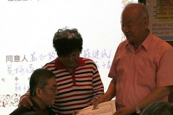 近80歲父母特頒蘇醫師畢業證書。(家屬提供)
