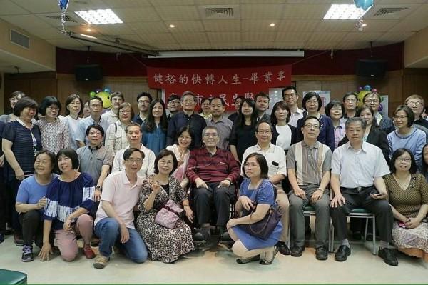 畢業會上,蘇健裕的同事、好友近200人參加,有人遠從宜蘭、基隆趕來,蘇醫師也坐著輪椅出席。(家屬提供)