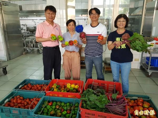 吳玉蘭(左2)、蘇晉加(左3)母子樂在有機農業,還到處分享有機蔬果,重視食農教育的新泰國小校長賴昭貴(左1)相當感恩。(記者王涵平攝)