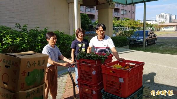 吳玉蘭(左)、蘇晉加(右)母子樂在有機農業,還到處分享有機蔬果,新泰國小校護蕭淑美(中)對母子倆的農產品質相當肯定。(記者王涵平攝)