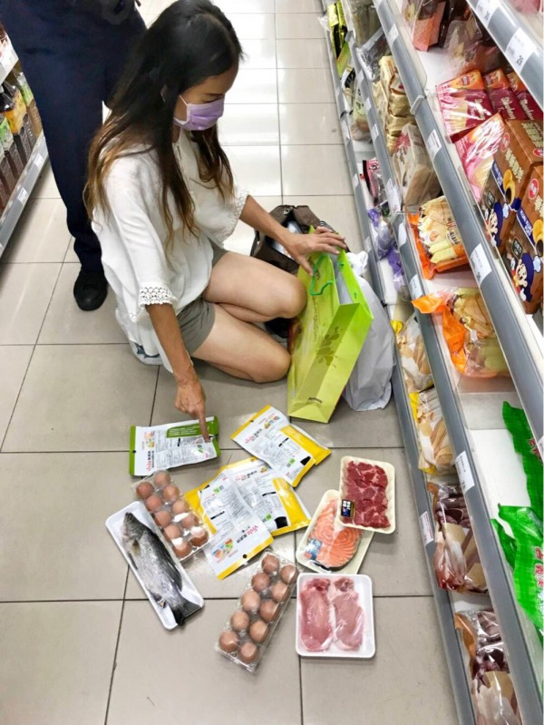 陳姓女子「想吃好一點」竟異想天開剪掉條碼,偷鮭魚、鱸魚、牛肉等食材藏於袋內,被店員發現報警,陳女供稱贍養費不夠生活,警方將她移送法辦。(記者黃良傑翻攝)