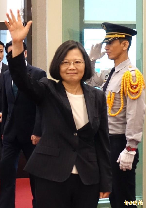 蔡英文總統搭乘專機出訪非洲友邦史瓦濟蘭,在機場重申有決心捍衛台灣,同胞可以放心。 (記者姚介修攝)