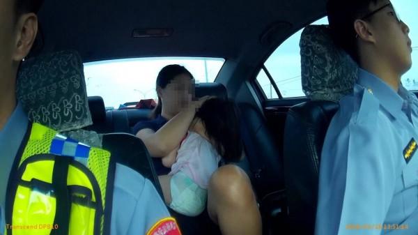 警車化身救護車載母女就醫。(記者羅欣貞翻攝)