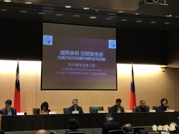 NGO組織齊聚談台灣國際參與經驗。(記者呂伊萱攝)