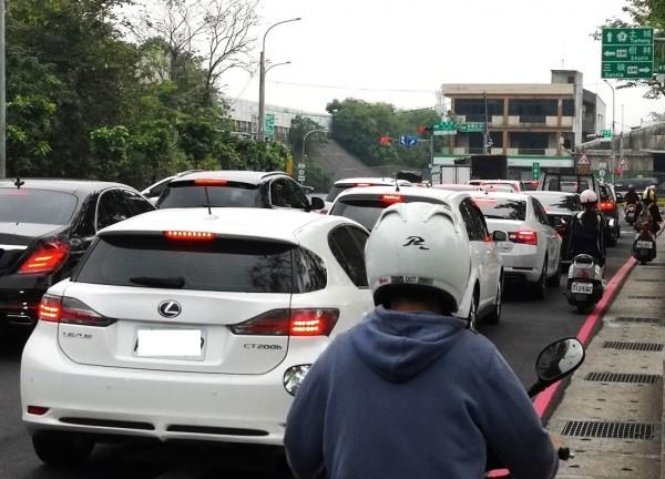 樹林交流道在上下班車流量大時嚴重回堵,居民盼能解決交通問題。(新北市北大特區聯合策進會)
