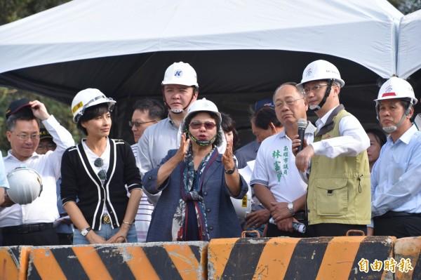 高雄市長陳菊(中)今天下午視察旗山區排水整治工程,對於執政期間被人無理謾罵、糟蹋有感而發。(記者蘇福男攝)