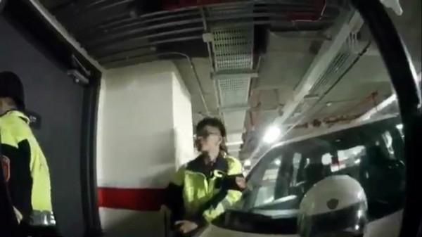 何男拒捕躲進飯店休息室,與警方隔門對峙。(記者曾健銘翻攝)