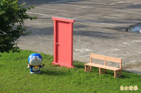 田尾國中校園出現一座「任意門」,旁邊還有哆啦A夢,引起師生們好奇。(記者陳冠備攝)