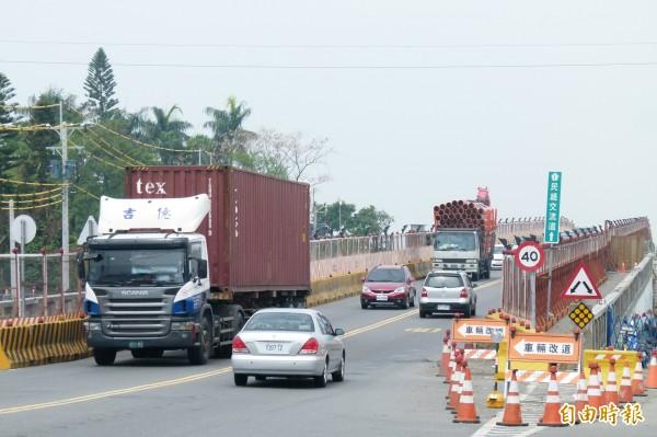民雄陸橋下週一、週二施工夜間封閉。(記者蔡宗勳攝)
