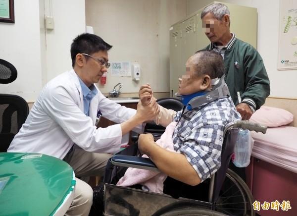 骨科黃裕涵醫師檢查陳婦手腳恢復狀況。(記者陳鳳麗攝)