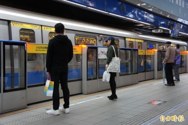 台北捷運報Upaper將於4月27日停止服務。(記者黃建豪攝)