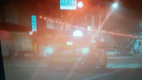 嘉市一位計程車運將因為太累了,停等紅燈時,居然在車裡睡著了。(記者丁偉杰翻攝)