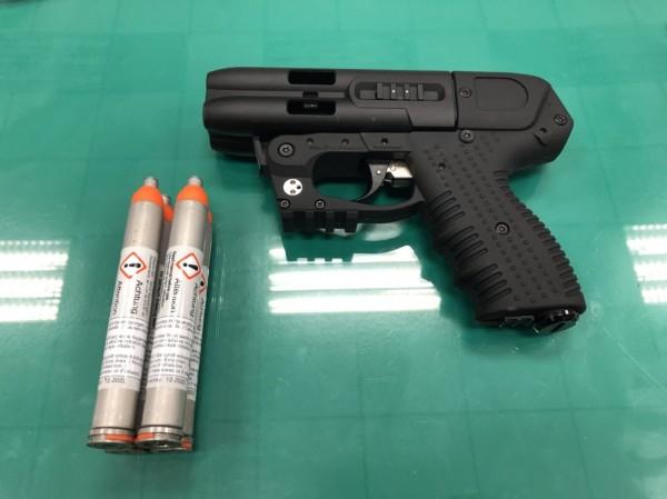 「四連發辣椒水噴射槍」有四罐高壓鋼瓶裝設辣椒噴射劑,以底火方式擊發,威力驚人。(記者鄭景議翻攝)
