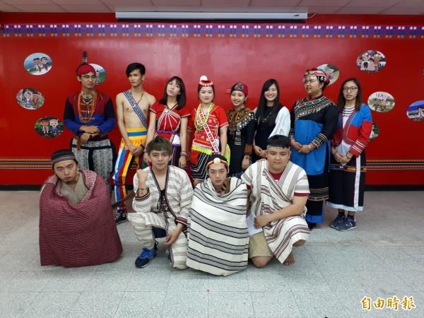 清華大學成立原住民族資源中心,將提供校內154名原民學生各種資源與輔導,原民學生也展示各族的服裝和佩戴物品及髮飾等,充滿原民風格。(記者洪美秀攝)