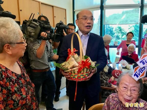 前行政院長蘇貞昌今天下午到新北市三芝雙連安養中心進行「訪老朋友談新希望之旅」。(記者陳心瑜攝)