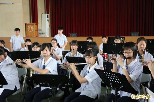 頭份國中管樂隊有1/3學生使用借來的樂器,日日苦練奪佳績。(記者鄭名翔攝)