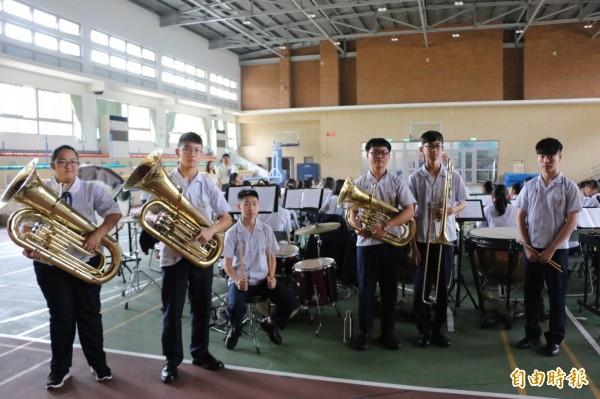 頭份國中管樂隊學生們秉持對音樂的熱忱,用著借來的樂器日日苦練,對得來不易的樂器格外珍惜。(記者鄭名翔攝)