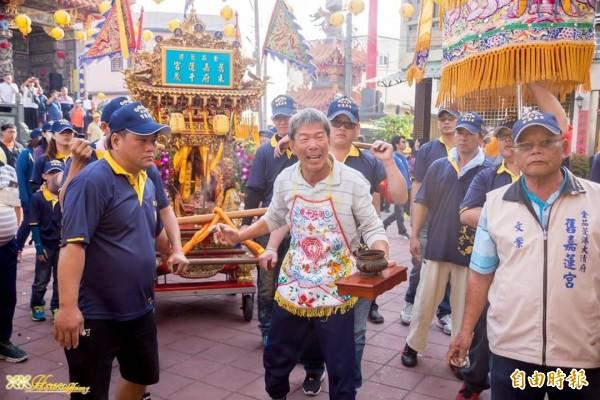 林家瑞(左前一)是舊嘉蓮宮朱府千歲的轎班。(記者陳彥廷攝)