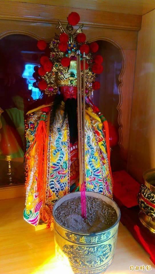 林家瑞是舊嘉蓮宮朱府千歲的轎班,也請了尊朱府千歲上船坐鎮。(記者陳彥廷攝)