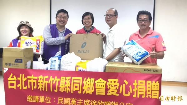 民國黨主席徐欣瑩(中)和兼任台北市新竹縣同鄉會理事長的北市議員胞弟徐世勳(左2)今天帶著物資到關西「由根山居」捐助安養所需物資。(記者黃美珠攝)